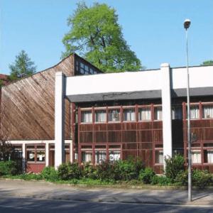 Gemeindehaus vom Hohenzollernring aus